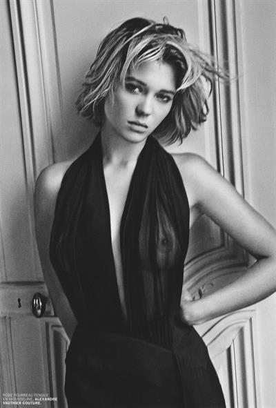 Léa Seydoux - breasts