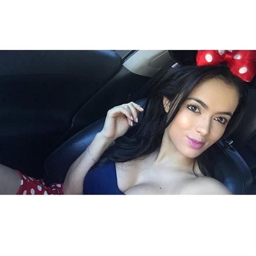 Franciele Medeiros taking a selfie