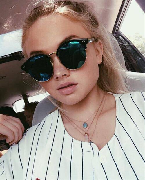 Natalie Alyn Lind taking a selfie