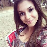Carolina Neto taking a selfie