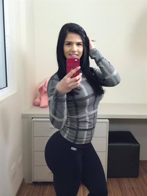 Eva Andressa taking a selfie