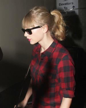 Taylor Swift arriving in Los Angeles from Sydney November 30, 2012