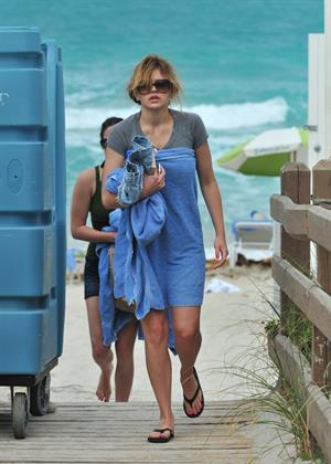 Aimee Teegarden beach candids in Miami 09.06.2011