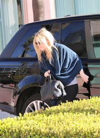 Dakota Fanning rushes into a workout class in Los Angeles January 17, 2013