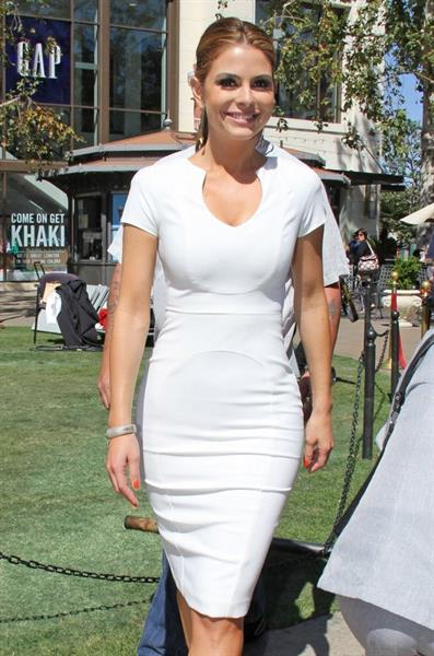 Maria Menounos Meets with fans at the Grove of TV Show EXTRA in LA 09.04.13