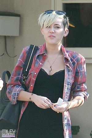Miley Cyrus voting in LA 11/6/12