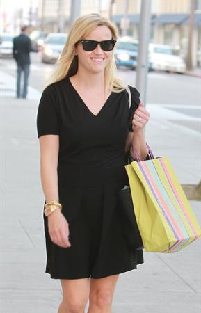 Reese Witherspoon after shopping in Beverly Hills (05.02.2013)